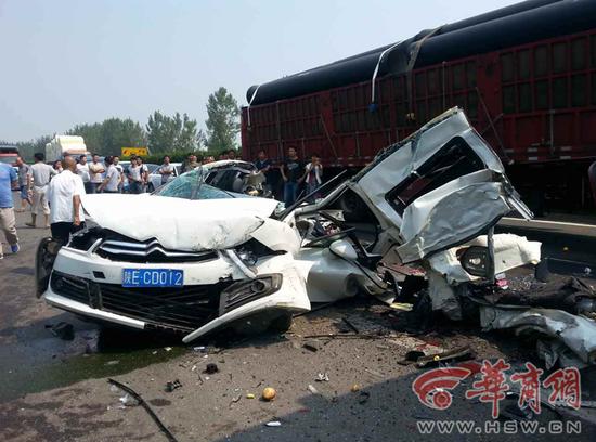 陕西高速公路8车连撞致2人死亡 场面凄惨