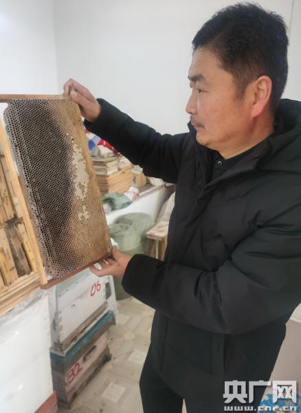 社会热点新闻:【新春走基层?脱贫攻坚一线见闻】弯不下腰的养蜂人